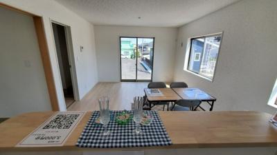 リビングはオープンキッチンを採用しています。 解放感とキッチンとリビングでの会話をお楽しみください。