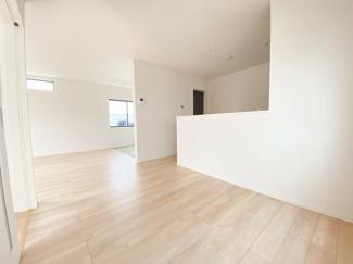 (同仕様写真)一階は和空間との一体活用で21帖の広さを確保しています。2面採光になっているので採光もしっかりあって暖かい空間。家族も集まりやすいですね!