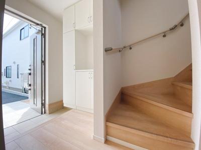 小窓から採光があって暗くなりにくい階段。手すり付きでゆるやかなカーブは上り下りも安心ですね