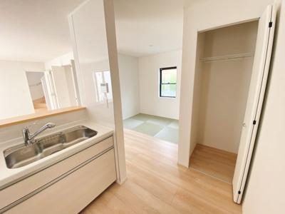 (同仕様写真)一階は和空間との一体活用で19.7帖の広さを確保しています。2面採光になっているので採光もしっかりあって暖かい空間。家族も集まりやすいですね!