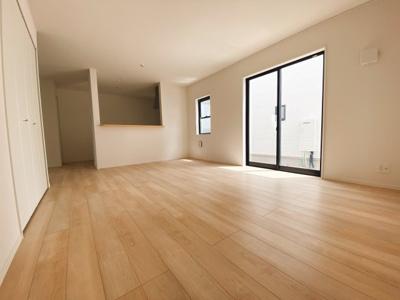 (同仕様写真)和室やタタミコーナーを確保しています。LDKと続き間になっているので開放感を感じる広さになります。ライフスタイルに合わせてご活用頂けますね。