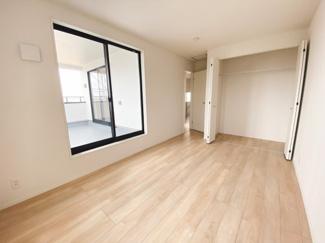 主寝室7.7帖に加え、子供部屋に最適な6帖居室×2。シンプルな色合いで家具やカーテンの色柄を選ばないので使いやすいプライベート空間になっています。