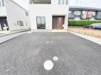 並列2台駐車が可能。車の出し入れも楽々ですね。