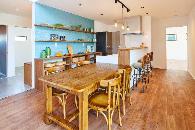 【1号地プラン例③】 タイル張りのキッチンに、かわいいペンダントライトや古材を使った趣のあるカウンター。コーヒーの香りが漂うカフェのように、落ちつく空間が生まれます。建物参考価格1,590万