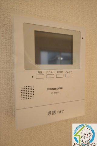 ドアを開ける前に顔を確認できるTVモニター付インターホン♪お子さまのお留守番にも安心ですね♪
