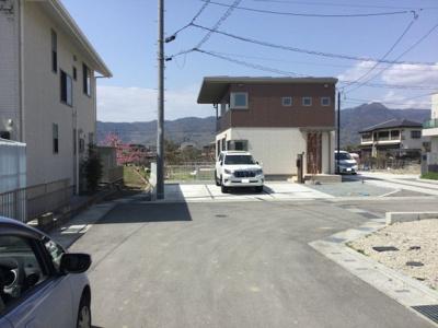 前面道路含む現地写真です。並列駐車3台可能。