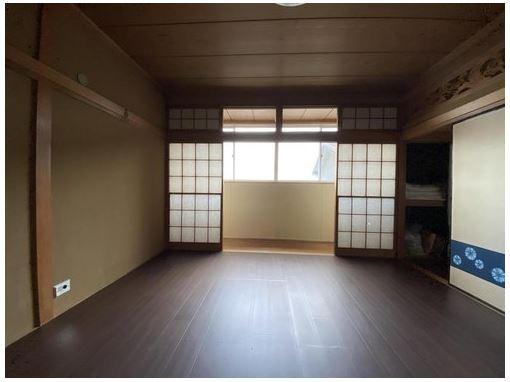 日本情緒のある、温かみと落ち着きが感じられるお部屋です。障子からこぼれる柔らかな陽射しが心地よさを感じます。