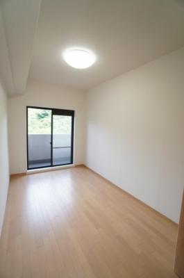 【洋室約6帖】 白を基調とした室内は、 明るい住空間を造り出すだけでなく、 清潔感をもたらしてくれます。
