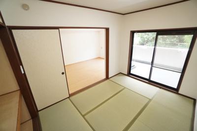 【Japanese-style room】 リビングに隣接した和室。 冬はコタツを置いたり、優しい畳の感触は 赤ちゃんのお昼寝にもぴったり! 居室スペースとしてだけでなく、客間としても活用できます。