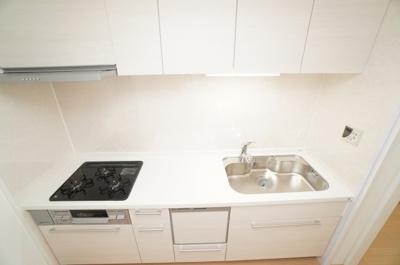【キッチンルーム】 新規交換のシステムキッチンです。 大きなシンクにゆとりある作業スペース、 お料理もお掃除もしやすい3つ口コンロ、 収納もあり使いやすいキッチンです。