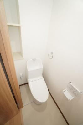 【サニタリールーム】  衛生面で特に気になる水周りに関しては キレイにリフォームが成されています。 トイレの温水洗浄便座付き便器も 新規交換されており、快適にご利用頂けます。