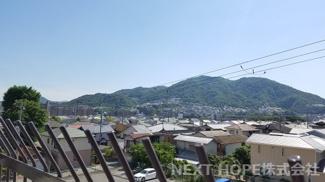 バルコニーからの眺望です♪お山も見えて季節を感じられます(^^)