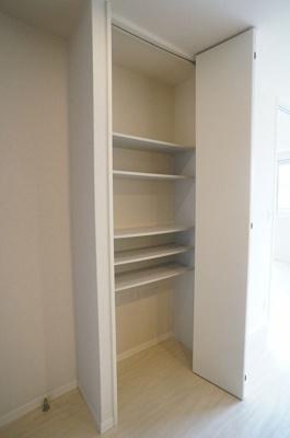 キッチン横にある収納スペースです!食品・日用品の保存に便利ですよね☆調味料などの買い置きにもぴったり♪