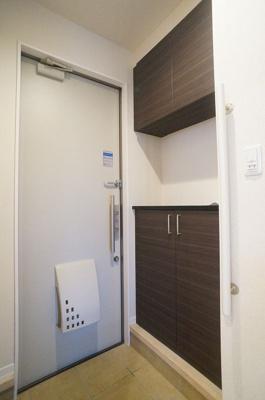 玄関には上下タイプのシューズボックス付き!間のスペースは飾り棚や小物置き場として活用できます♪玄関手すりも付いているので靴の着脱にも便利です☆