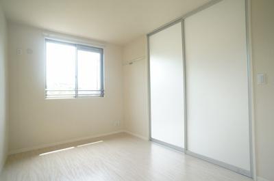 リビングダイニングキッチンから繋がる南向き角部屋二面採光洋室5.2帖のお部屋です!ベッドを置いて寝室にするのもオススメです☆壁にはピクチャーレールがあり、絵や写真が飾れます☆