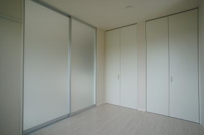 クローゼット2ヶ所のある南向き洋室5.2帖のお部屋です!荷物をたっぷり収納できてお部屋がすっきり片付きます☆