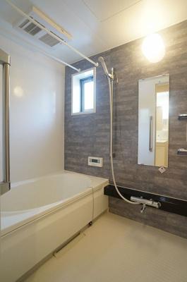 浴室暖房乾燥機&物干しバー付きバスルーム!外に干せないお洗濯物もすっきり乾きます♪小窓があるので湿気がこもりにくくて良いですね☆
