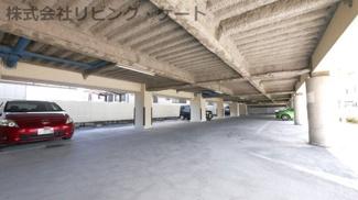 ピロティータイプの駐車場。屋根付きで安心。