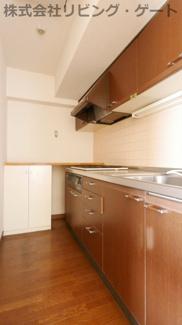 広々としたキッチン。料理が楽しくできますね。