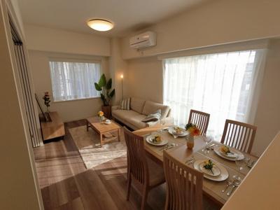 13.2帖のリビングは3面採光で日当たり・風通し◎ ダイニングテーブルやソファー、ローテーブルなどの家具もしっかりと配置できます。