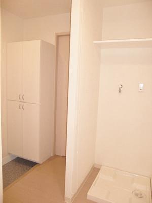 廊下にある室内洗濯機置き場です♪防水パンが付いているので万が一の漏水にも安心!上部には便利な収納棚付き♪