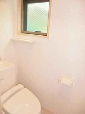 人気のシャワートイレ・バストイレ別です♪トイレが独立していると使いやすいですよね☆窓のあるトイレで換気もOK☆