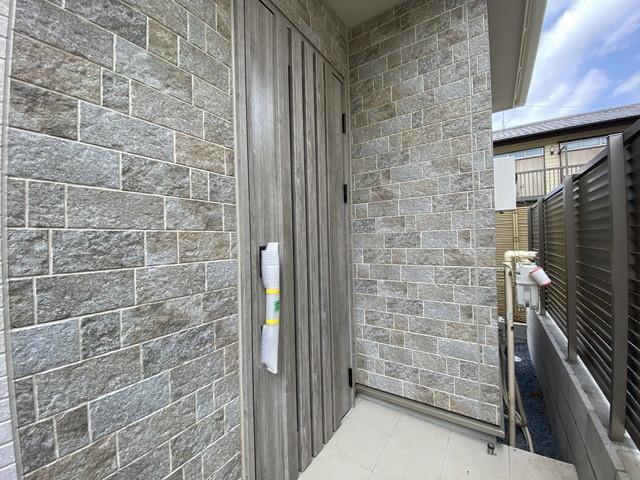 玄関です。足元から温まる温水式リビング床暖房など充実した設備です。