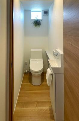 1階トイレはウォシュレット一体型便器です。 手洗いはカウンターに分かれているので、 子どもでも使いやすいです。