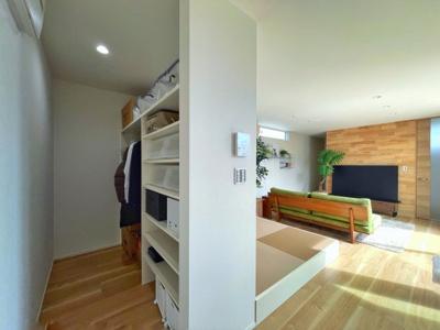 ファミリークローゼットには、 用途に合わせた使い方ができるように、 棚の高さを自分好みにカスタマイズして お使いいただけます。