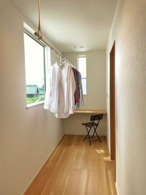 2階には室内干しの空間と、 ワークスペースがあります。 在宅ワークができるように、 コンセントはデスクの上に配置しています。