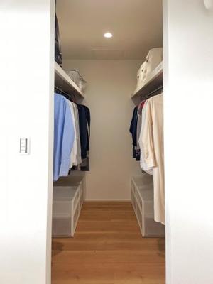 主寝室の収納はウォークインクローゼットになっているので、 収納力ばっちりです。