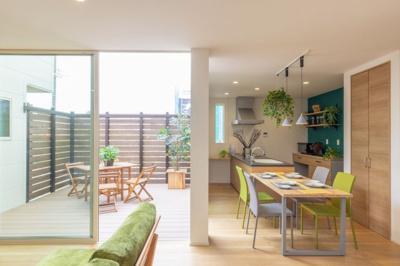 大きな窓から光を取り込みつつ、外からの視線のカットを可能にした中庭。 「屋根のないリビング」で子供たちが遊んでいる姿を、キッチンで家事をしながらも、 安心して見守ることができます。