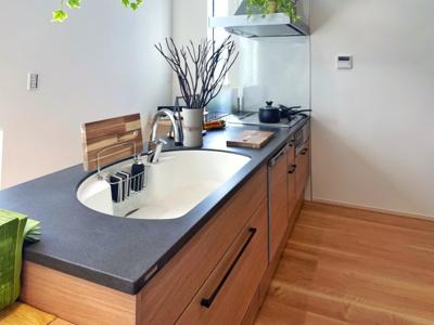 キッチンのカウンターとシンクは人造大理石です。 お手入れ簡単でいつもきれいにお使いいただけます。