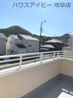 広々としたバルコニーです♪岐阜市日野南新築建売 車並列4台駐車OK♪