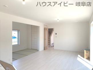 ♪岐阜市日野南新築建売 車並列4台駐車OK♪こちらのリビングで趣味の時間をお楽しみください