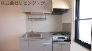 ガスコンロ付きキッチン。あると便利なキャビネット。