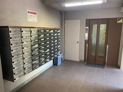 エレベーター前に郵便受けがあります。