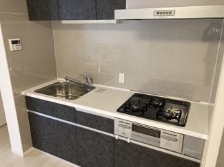 ■キッチン シンプルでシャープなデザインが特徴的なキッチンです。人気の3つ口コンロなので家事も捗ります!