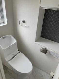 ■トイレ シャワートイレ一体型(ウォシュレット機能付)です。小窓があるので換気もでき、吊戸棚が設置されているので見せない収納でいつも清潔な空間を保てます!