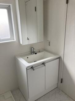 ■洗面化粧台 コンパクトな洗面台ですが収納は豊富です!また、トイレ・お風呂に隣接した位置関係で生活動線も良いのが特徴です!