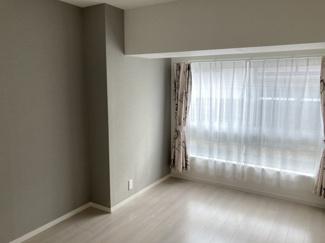 ■洋室(約5.6帖) アクセントクロスが施されていて、フローリングの色とのコントラストでシックな雰囲気があるお部屋になっております!