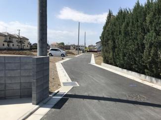 2021年4月9日 正午ごろ撮影 開発道路を県道入口から敷地に向かって撮影