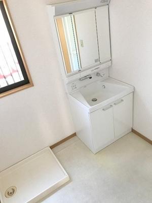 広々とした洗面脱衣室に収納家具を置けるスペース