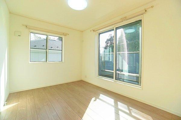 同仕様の洋室です。 窓からの日差し入る嬉しい洋室!!収納も豊富