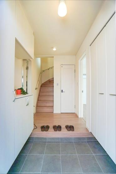 同仕様の玄関スペース、収納も豊富です。 ドアを開けた瞬間、明るい開放的な玄関が迎え入れてくれます!  この玄関は帰りたくなりますね!