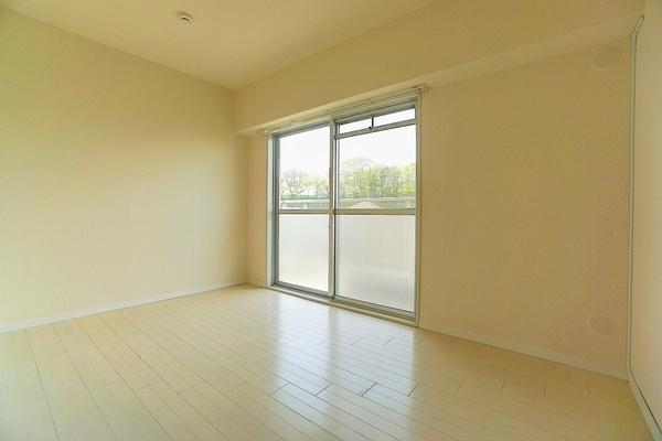 窓からの明かりが嬉しい洋室 クローゼットもあり、お部屋を広く使えます♪