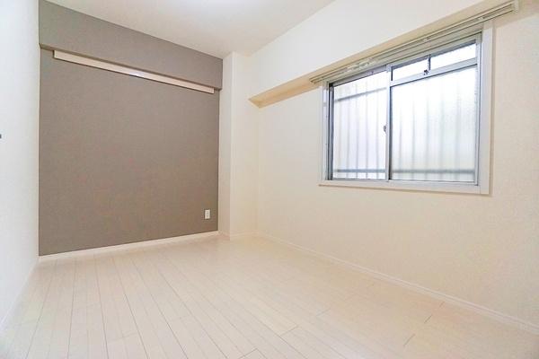 広々した洋室は窓から明るい陽射しが入ります! 人の目線も気になりません。