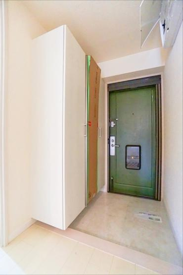 明るい玄関は収納も豊富です! 白をベースとした清潔感ある玄関♪