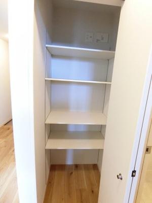 ※参考写真※廊下にある収納スペースです!かさ張るお掃除用品などもすっきり収納できて便利!