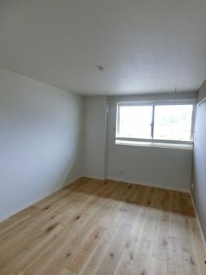 ※参考写真※1.5階にある南西向き洋室6.4帖のお部屋です!クローゼットがあるのでお洋服の多い方もお部屋が片付いて快適に過ごせますね♪